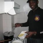 Atelier cuisine anti crise à Imani, 19 février 2013, et j'apprends à faire le foufou, c'est ça l'échange.